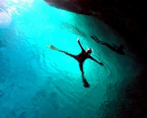 夏時期の青の洞窟を貸し切りで泳いでいる
