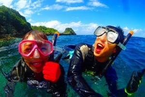 水中メガネをつけて海で泳ぎの練習