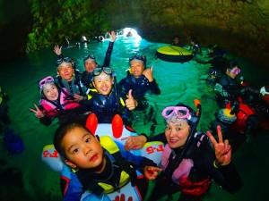 子供青の洞窟で記念撮影