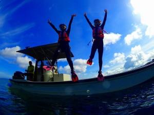 店舗貸し切りボートから女性がジャンプしている