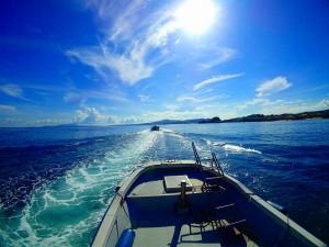 太陽の下ボート出港