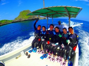 ボート乗船してダイビングコースで青の洞窟を目指している