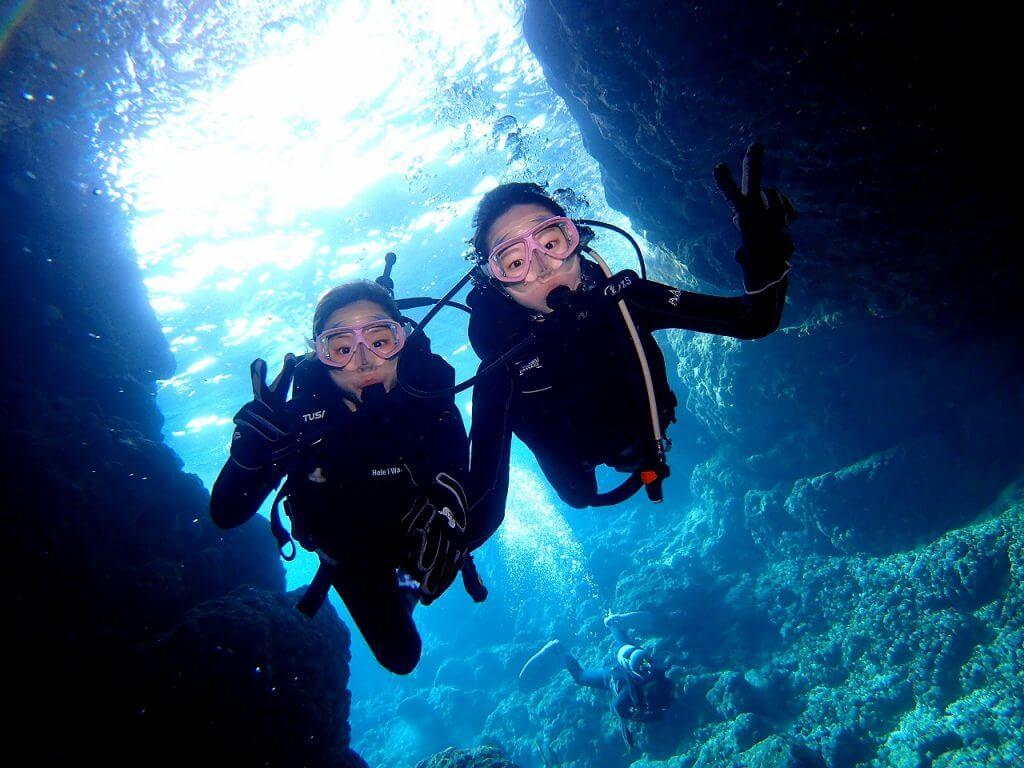 ダイビング写真者の女性が青の洞窟に到着