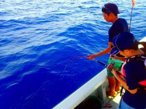 釣り初心者の女性をサポートする船長