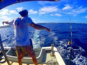 釣りを指導する海人