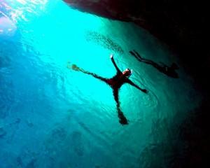 癒される青の洞窟の輝き