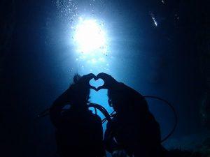 青の洞窟の光でダイビングシルエット画像