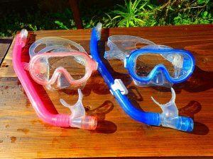 子供用水中メガネが並んでいる