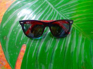 強い日差しを防ぐサングラス