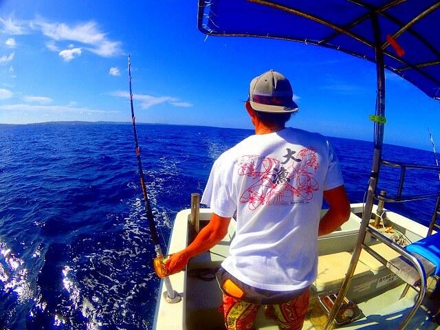 沖縄で釣りをする海人