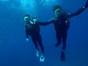 上手にダイビングをしているカップル