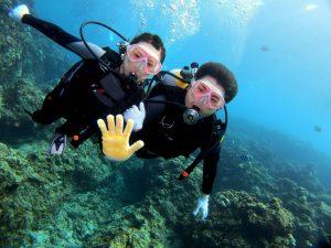 水中で腕を組むカップル