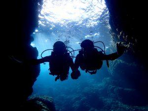 団体で青の洞窟を楽しんでいる