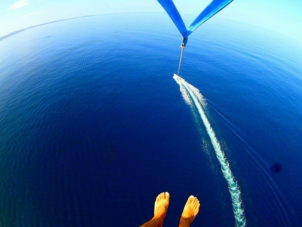 高所パラセーリングで上空から撮影している