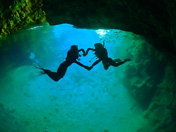 沖縄青の洞窟もパラセーリングとセットで楽しめます。
