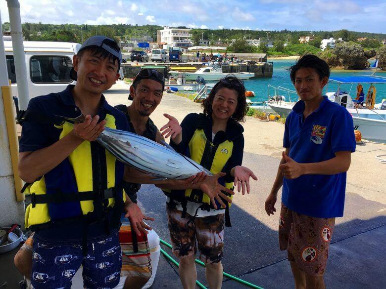 漁師と泳がせ釣りを楽しむ