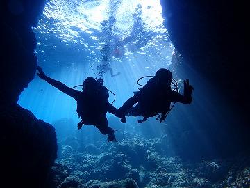 青の洞窟に綺麗なシルエット写真