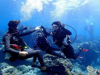 沖縄青の洞窟でダイビングを体験している