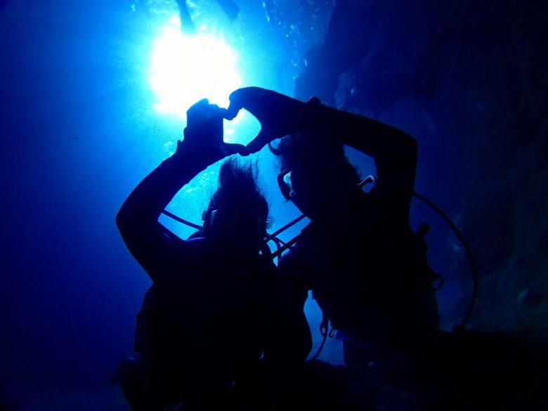 青の洞窟で記念撮影。