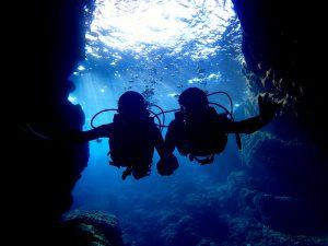 ダイビングで青の洞窟に到着