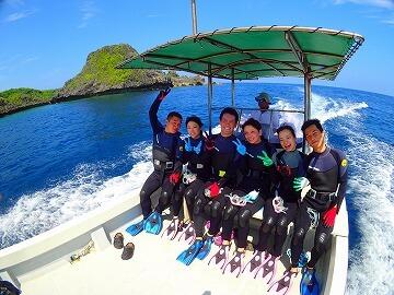 青の洞窟ダイビングは専用ボートで快適