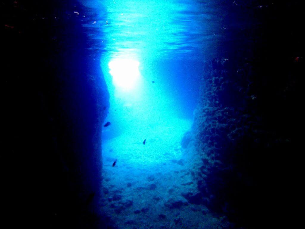雨でも綺麗な青の洞窟