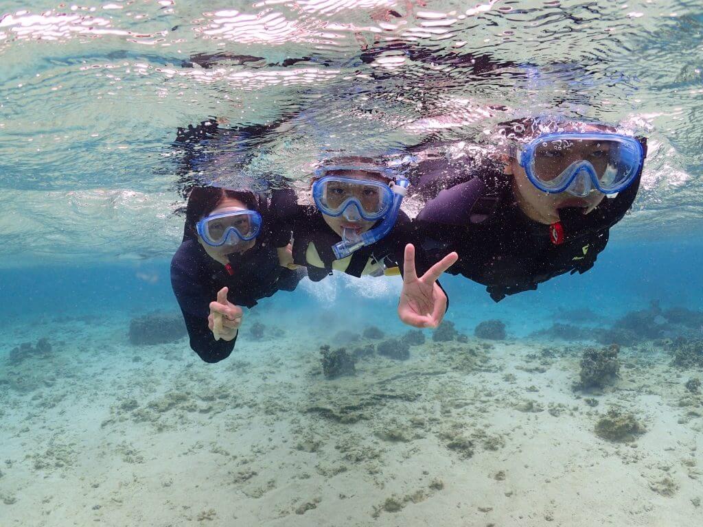 沖縄青の洞窟まで浮き具に掴まって泳ぐこともできます。