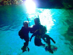 青の洞窟をシュノーケリングで楽しむファミリー