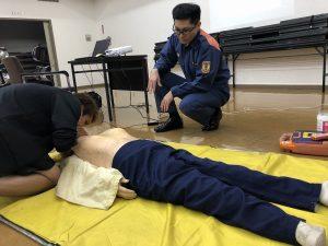 人工呼吸の練習をしている