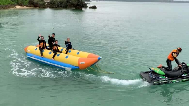 巨大バナナボートで出発!
