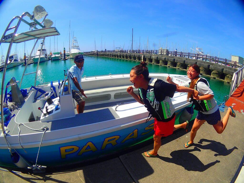 沖縄パラセーリングに女性が乗船している