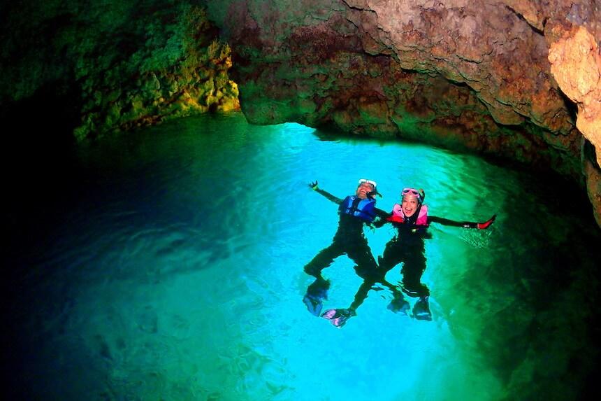 沖縄青の洞窟神秘的な輝き