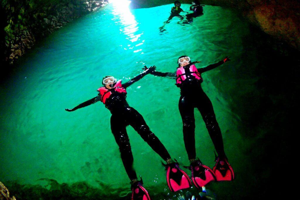 沖縄青の洞窟は長い年月を経て、地殻変動などで自然に形成された洞窟です。
