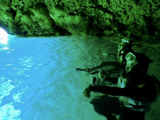 沖縄青の洞窟をベテランガイドが解説
