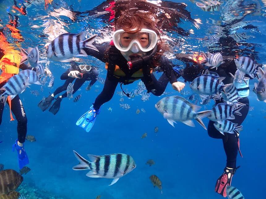 沖縄青の洞窟は泳げなくてもいけます。