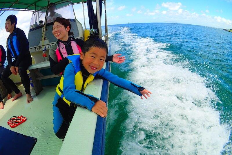 爽快ボートで子供も楽しそう