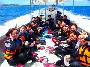 学生がボートで青の洞窟に行く