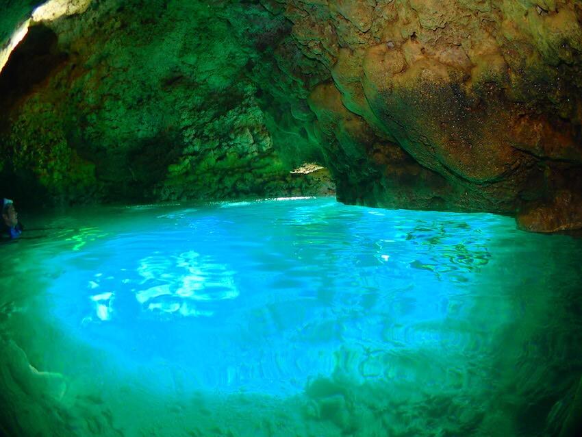 沖縄青の洞窟が青色に輝いている。