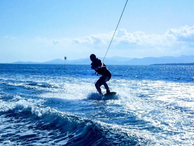 沖縄アクティビティ ウェイクボードで海を満喫