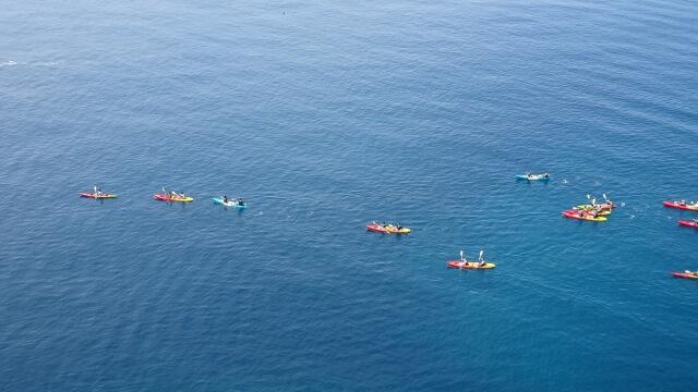 シーカヤックで沖縄の海を水面から楽しめます。