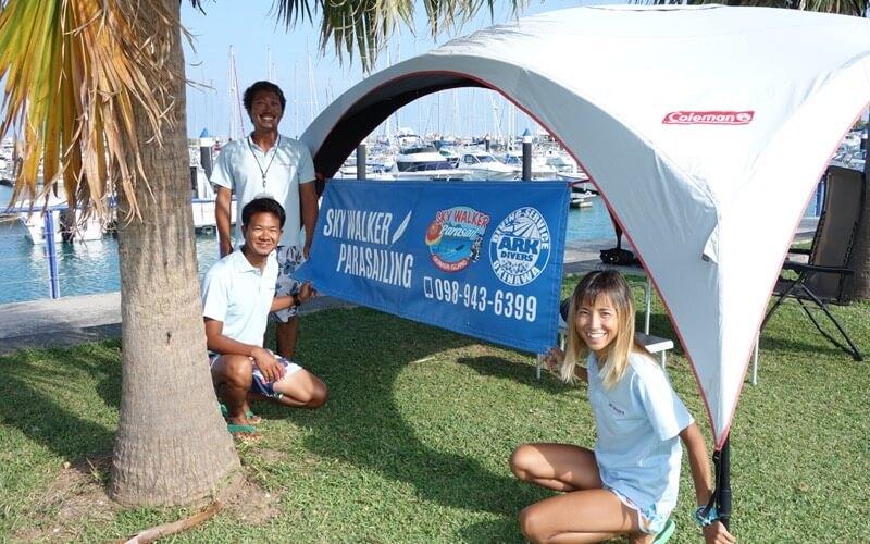 沖縄アクティビティ パラセーリングは大人気