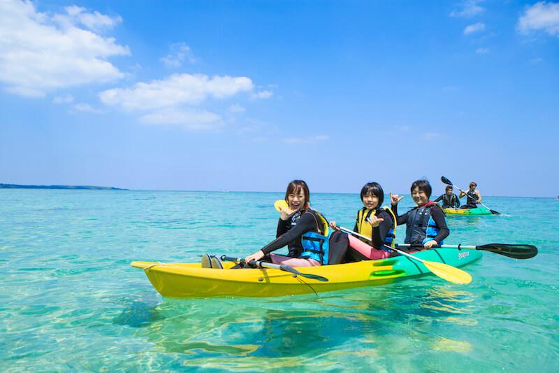 沖縄の綺麗で広い海をカヤックで楽しめます。