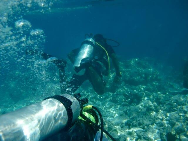 タンクを背負って水中で呼吸ができます。