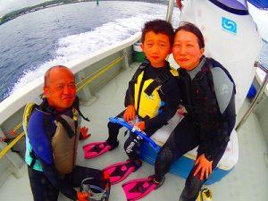青の洞窟へ行くまでのボートの上で記念撮影