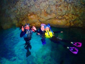 光り輝く青の洞窟で家族写真
