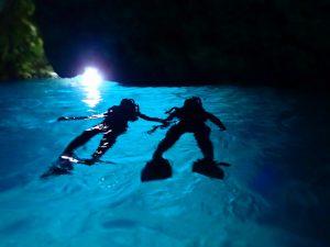 青の洞窟でリラックスするカップル