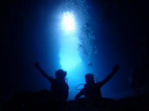 青の洞窟で記念写真