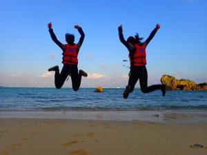 真栄田岬でシュノーケリング前に友達とジャンプ